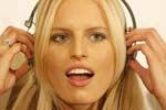 Лікарі заявляють: гучна музика в навушниках пошкоджує клітини мозку