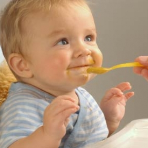 10 продуктов, которые стоит исключить употреблять малышу до 2 лет