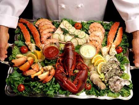 Блюда японской кухни из морепродуктов и водорослей