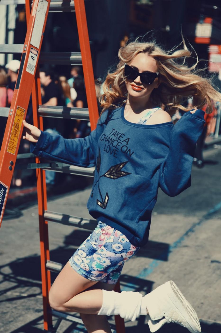"""Снова в 90-е: велосипедные шорты, """"вареные"""" джинсы и безразмерные прикольные футболки"""